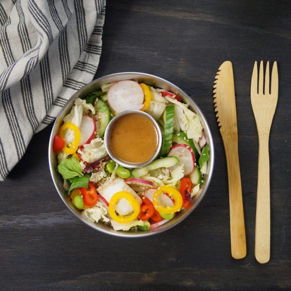 Runde madbokse med salat og dressing